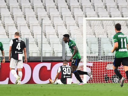 Soccer Football - Serie A - Juventus v Atalanta - Allianz Stadium, Turin, Italy - July 11, 2020  Atalanta's Duvan Zapata celebrates scoring their first goal, as play resumes behind closed doors following the outbreak of the coronavirus disease (COVID-19)   REUTERS/Massimo Pinca