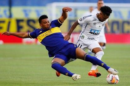 Fabra y Marinho disputan el balón en la Bombonera (REUTERS/Agustin Marcarian)