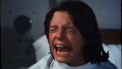 En su primera película, Luis Miguel interpreta a un niño al que le deben amputar las piernas tras un accidente