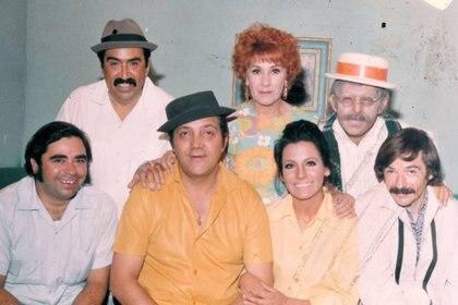"""""""Los Beverly de Peralvillo"""" era un show mexicano de comedia de situación que emula el formato general de los nuevos ricos"""