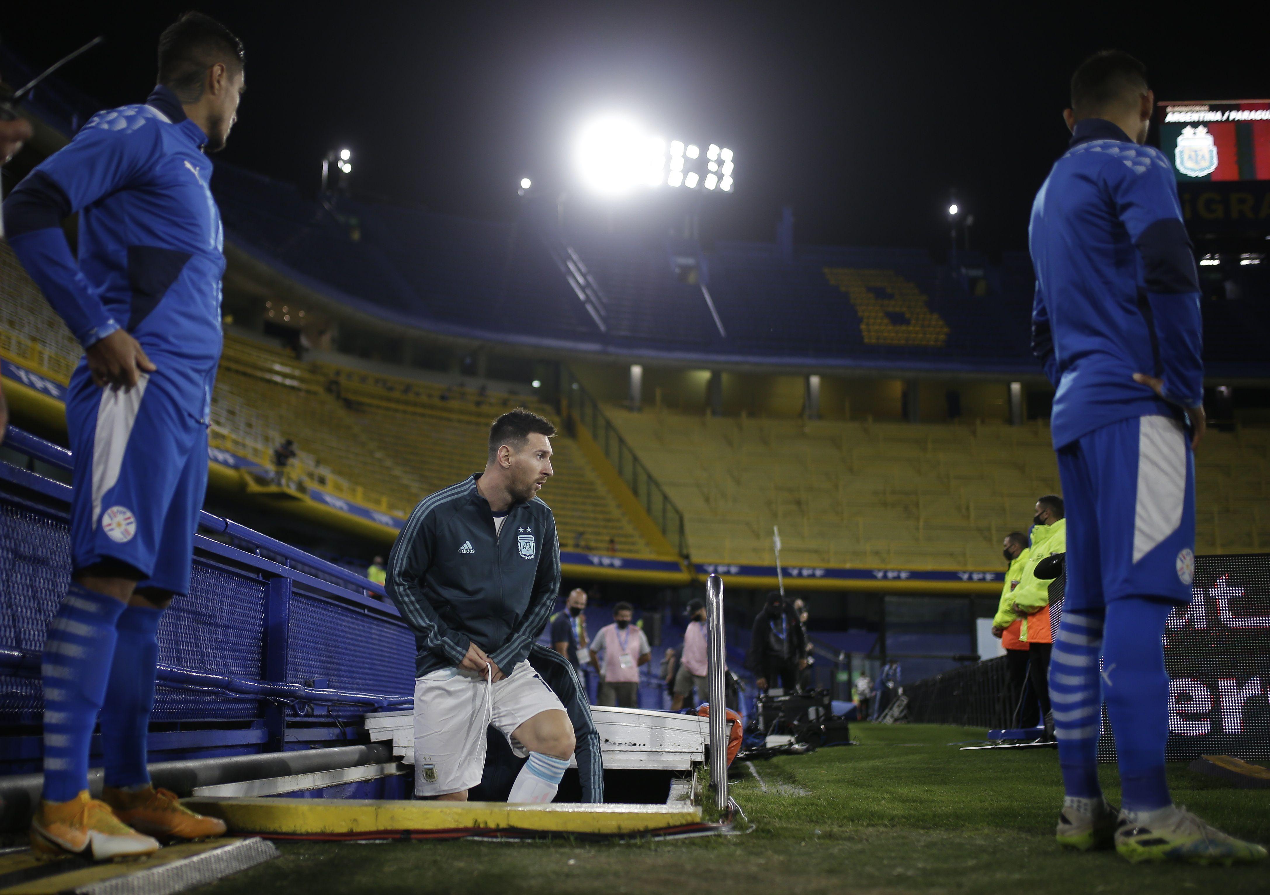 Lionel Messi lidera al equipo argentino en la salida de los protagonistas a La Bombonera. Foto: REUTERS/Juan Ignacio Roncoroni
