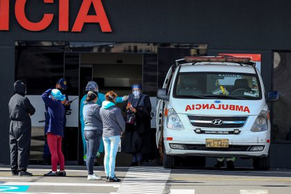 Familiares de pacientes diagnosticados con la COVID-19 esperan información en el hospital del Iess, en Quito (Ecuador). EFE/José Jácome/Archivo
