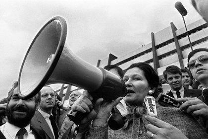 Veil arenga a la gente durante una manifestación en el Parlamento Europeo,en 1980 (AFP)