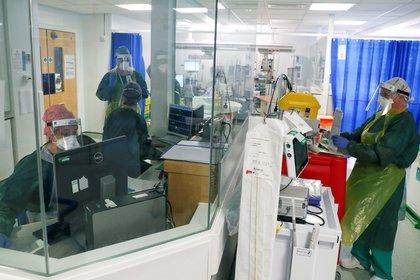 Personal médico trabajando en una sala de Cuidados Intensivos con pacientes de COVID-19 en el Hospital Frimley Park en Surrey, Reino Unido, el 22 de mayo de 2020 (Steve Parsons/Pool vía REUTERS)