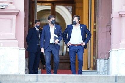 El jefe de Gabinete bonaerense, Carlos Bianco, y el viceministro de Salud, Nicolás Kreplak en la puerta de la Casa Rosada (Franco Fafasuli)