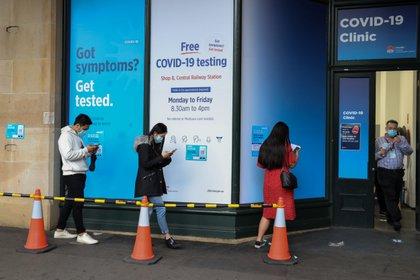Personas hacen cola para ser testeadas por COVID-19 en Sydney, Australia - REUTERS/Loren Elliott