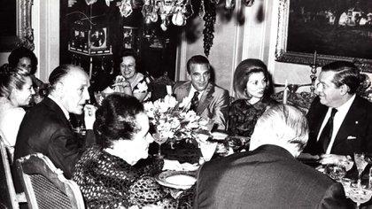 14 de octubre de 1973: comida de los Llambí en su departamento. En la foto se observa a IsabelMartínez de Perón, el matrimonio Gelbard, el matrimonio Lastiri, María del Pilar FrancoBahamonde y José López Rega