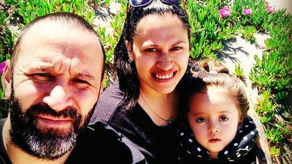 Tras recibir el diagnóstico de la enfermedad de Vico, en 2018, Oscar Barros y Milagros María Luján Gregorini dejaron su vida en Azul y se instalaron en Mar de Cobo para darle una mejor calidad de vida a su hija.