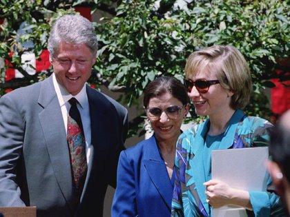Ruth Bader Ginsburg rodeada por el presidente Bill Clinton y su esposa Hillary, tras su nominación a la Corte Suprema (REUTERS/Win McNamee/Archivo)