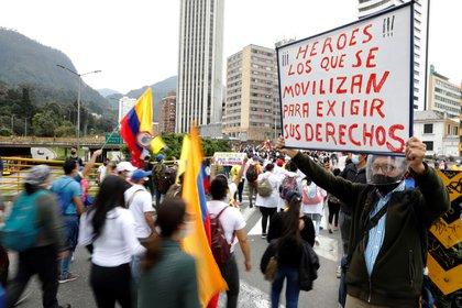 """Manifestantes marchan por las calles de Bogotá este miércoles durante una nueva jornada de protestas por un nuevo """"paro nacional"""" convocado por los sindicatos y organizaciones sociales, que desde el pasado miércoles movilizan a miles de personas en todo el país (EFE/ Carlos Ortega)"""