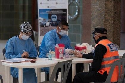 Durante la espera del resultado las personas recibirán información sobre cuidados para evitar la transmisión del virus y finalmente el equipo médico le comunicará el resultado de la prueba a la persona (Adrián Escandar)