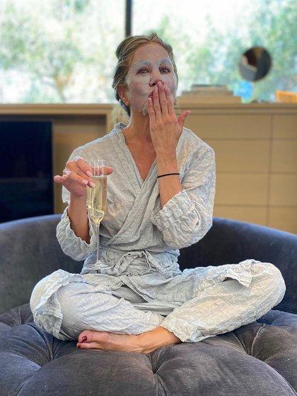 Jennifer Aniston, la actriz publicó en su cuenta de Instagram que espera la entrega de los Emmy con un look de entrecasa, una copa de espumante y una face mask (Instagram)