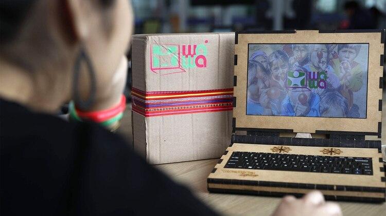 La Wawalaptop 2.0, que es una portátil de 10,1 pulgadas cuyo casco está hecho con material MDF, un compuesto basado en fibras de maderas, y que asegura su estatus de reciclable.(EFE)