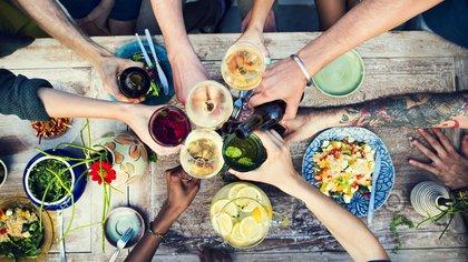 Al tomar alcohol en pequeñas cantidades, esta actividad depresora suele generar una sensación de liberación, relajación e incluso de alegría; pero al aumentar la dosis, puede producir una falsa sensación de estimulación