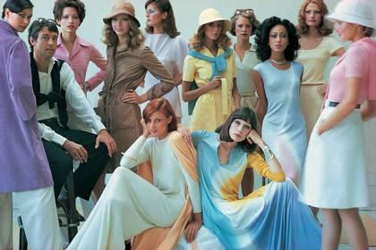 Fotografía cedida por la editorial Phaidon.  El diseñador Halston con 11 modelos en una sesión para Vogue 1972. EFE