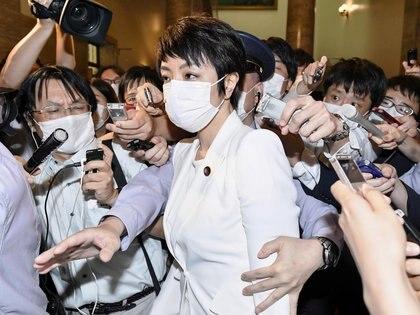 FOTO DE ARCHIVO: La legisladora de la cámara alta de Japón Anri Kawai, esposa del ex ministro de Justicia japonés Katsuyuki Kawai, rodeada de reporteros después de una sesión plenaria de la cámara alta en Tokio, Japón, el 17 de junio de 2020, en esta foto tomada por Kyodo el 17 de junio. 2020. Crédito obligatorio Kyodo / vía REUTERS
