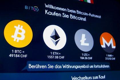 Los logos de bitcoin y otras cripto en una ATM en Alemania  REUTERS/Arnd Wiegmann/File Photo