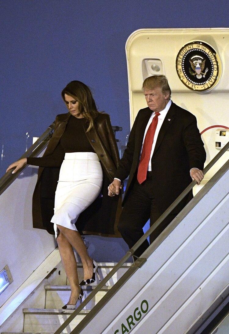 Impecable siempre. Así llegó Melania a Buenos Aires de la mano de Donald Trump. Estilo total para bajar las escalinatas del Air Force con stilettos. (AFP)