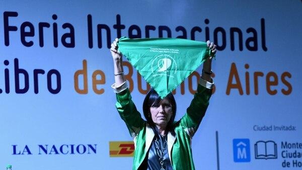 Claudia Piñeiro cerró su discurso abriendo el pañuelo verde: señal en favor de la despenalización del aborto