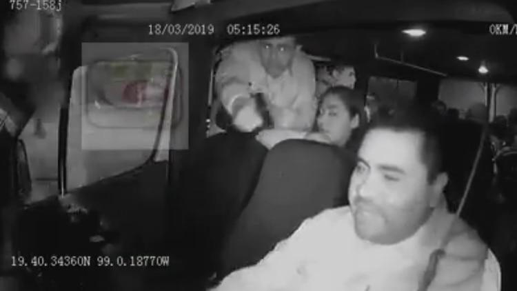 Los presuntos extorsionadores no robaron las pertenencias de ningún pasajero, sólo al conductor, a quien le quitaron el teléfono celular. (Foto: captura de pantalla)