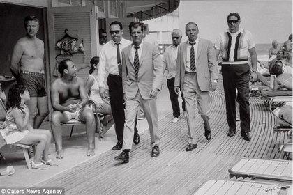 Frank Sinatra rodeado de sus guardaespaldas