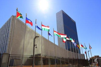 En la fachada del edificio de las Naciones Unidas (ONU) flamean sin parar las banderas. Está ubicado sobre la avenida 1 y la 42st (Getty Images)