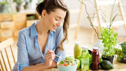 Las verduras y las frutas brindan saciedad con poco aporte de calorías (Shutterstock)