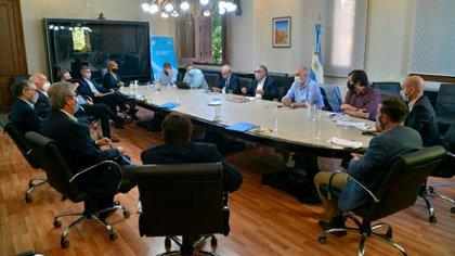 La reunión de esta tarde entre el ministro Basterra y otros funcionarios, con los representantes del campo y la cadena agroindustrial (Foto: Ministerio de Agricultura)