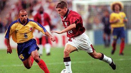 Mauricio Serna marca a Michael Owen en el tercer partido de Colombia por el Mundial 98: fue 2-0 para los británicos (Shutterstock)