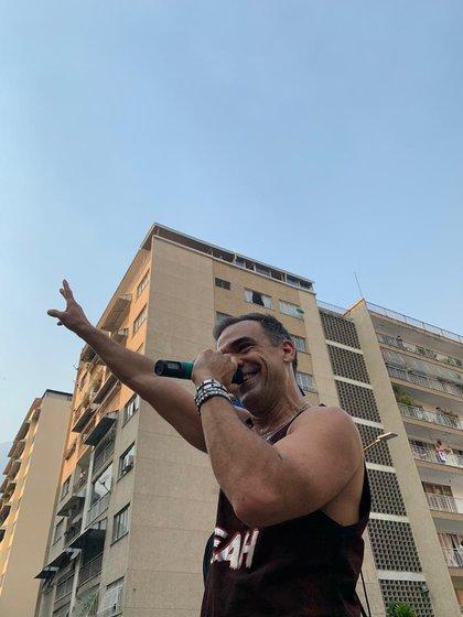 El cantante Asier Cazalis en uno de los conciertos durante la cuarentena (Gentileza Vanessa Gomez)