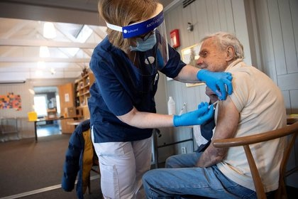 FOTO DE ARCHIVO: Un trabajador sanitario vacuna a una persona mayor con la vacuna de COVID-19 de Pfizer en una clínica de vacunación temporal en una iglesia en Sollentuna, al norte de Estocolmo, Suecia, 2 de marzo de 2021. Fredrik Sandberg/TT News Agency/vía REUTERS