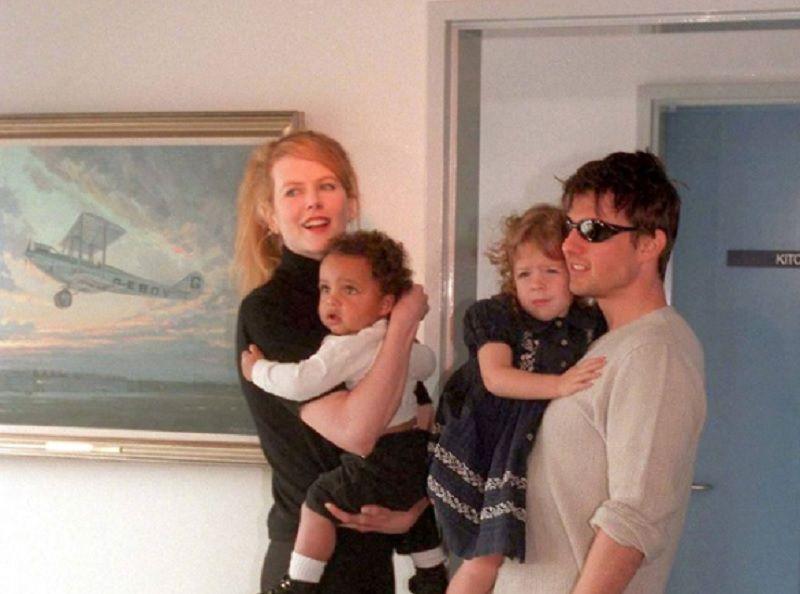 Nicole Kidman y Tom Cruise en una fotografía con sus hijos adoptivos, Connor e Isabella Cruise, en el año 1996(Foto: Archivo: Patrick Riviere/Getty images)