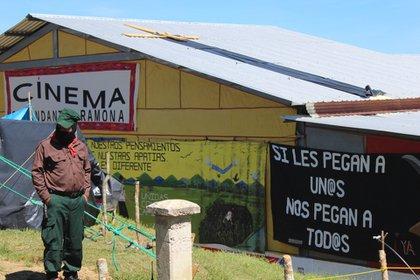"""Gael García estuvo en la comunidad de Oventic, en el cine """"Comandanta Ramona"""", del EZLN. (Foto: somoselmedio.com)"""