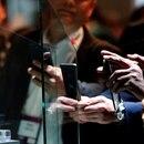 GRAFCAT4646. BARCELONA, 25/02/2019.- Varios visitantes observan y fotografían en una vitrina de cristal aislada el nuevo terminal plegable de la marca china Huawei Mate X, en la XIX edición del Mobile World Congress (MWC), el salón de referencia de la tecnología móvil, que ha comenzado este lunes en Barcelona. EFE/Alberto Estévez