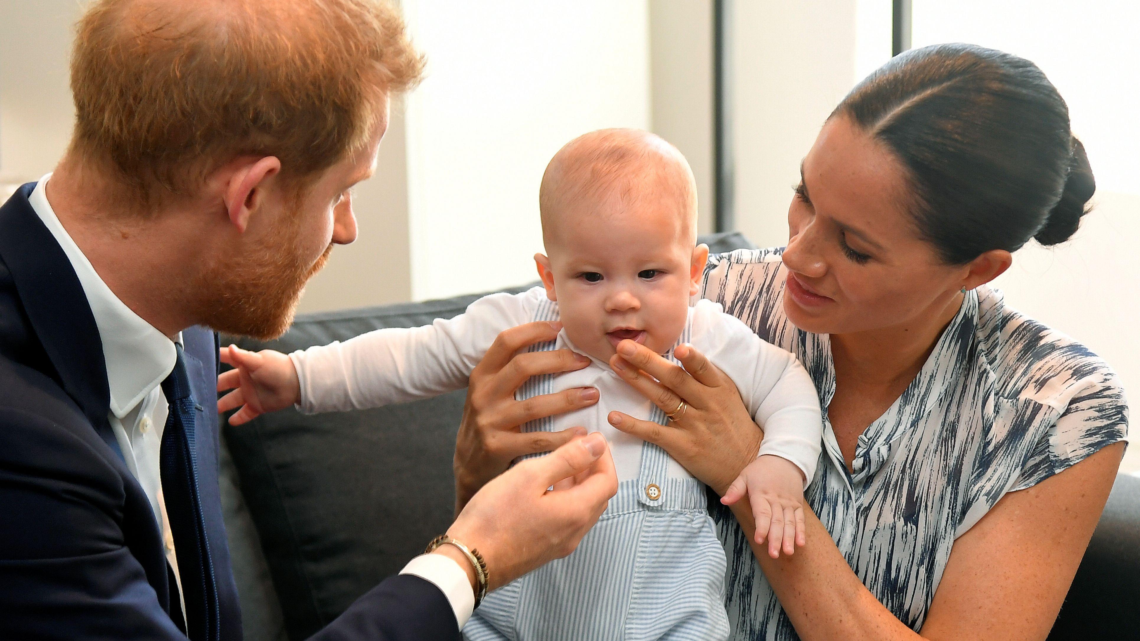 Foto de archivo de HArry y Meghan con su hijo mayor, Archie, en 2019 (Reuters)