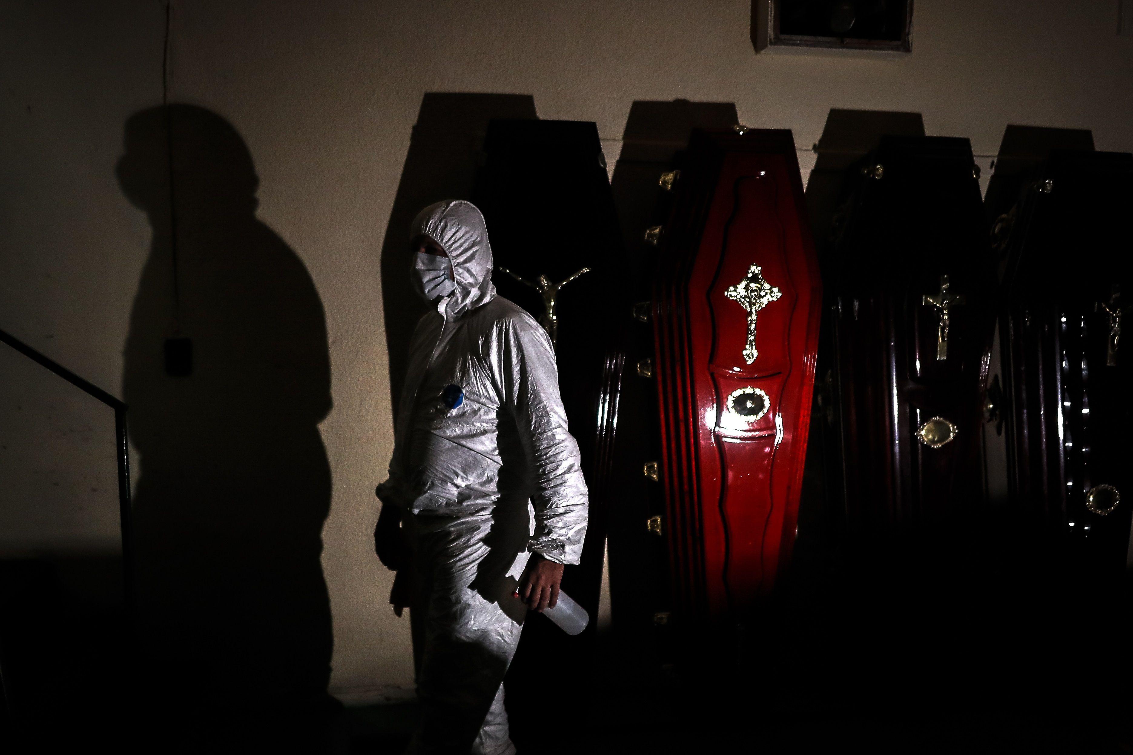 Un empleado de una funeraria sanitiza ataúdes el pasado 6 de mayo en la Ciudad de Buenos Aires, Argentina. EFE/ Juan Ignacio Roncoroni