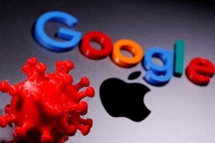 Ilustración fotográfica con un modelo de coronavirus impreso en 3D junto a los logos de Google y Apple. 12 abril 2020. REUTERS/Dado Ruvic