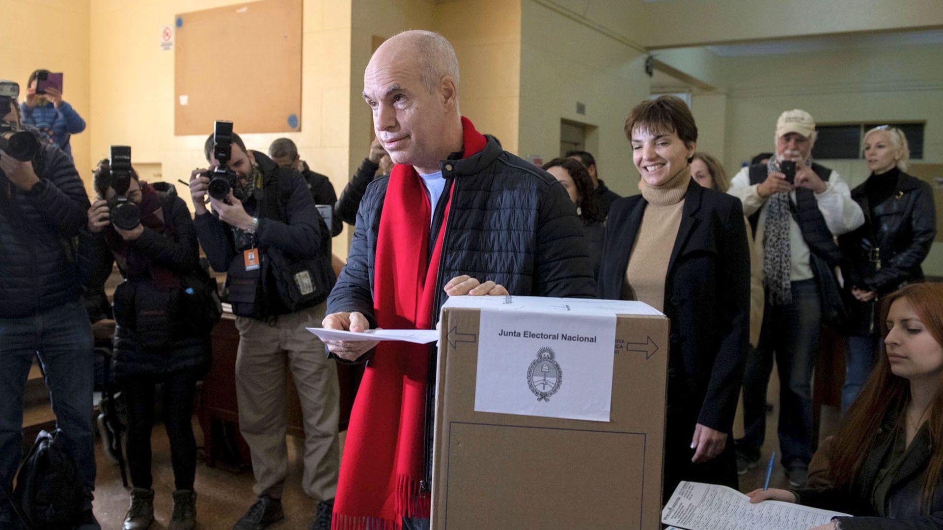 El jefe de Gobierno porteño, Horacio Rodríguez Larreta, arrancó el día temprano. Desayunó con candidatos en el Tortoni y fue a votar junto a su mujer, Bárbara Diez