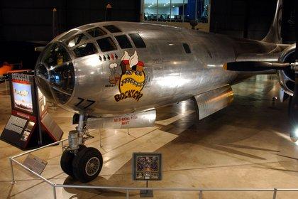 """El Boeing B-29 Superfortress """"Bockscar"""" en la Air Power Gallery  del National Museum de la Fuerza Aérea (U.S. Air Force photo)"""