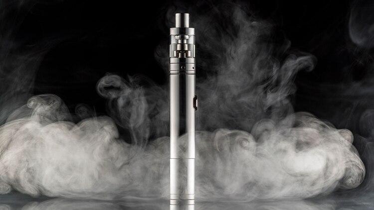 Los especialistas médicos todavía analizan las diversas sustancias que componen el líquido a evaporar con el cigarrillo electrónico (Shutterstock)