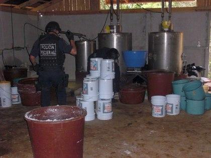 Michoacán. Fue encontrado y desmantelado un narcolaboratorio donde se elaboraban drogas sinteticas como como extasis, anfetamina y metanfetamina (FOTO: CUARTOSCURO)