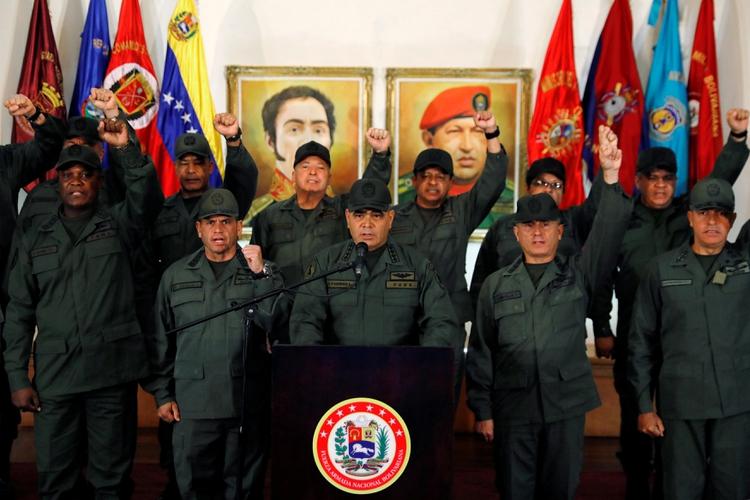 Vladimir Padrino López da una conferencia de prensa junto al alto mando militar en Caracas, el 19 de febrero de 2019 (REUTERS/Manaure Quintero)