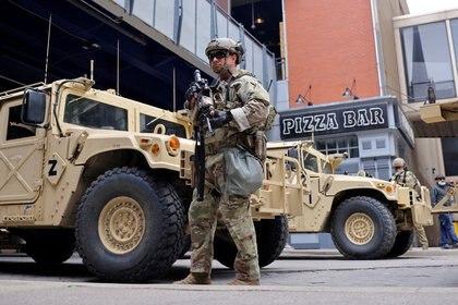 Un miembro de la Guardia Nacional vigila el centro de la ciudad de Louisville, en Kentucky, el 23 de septiembre de 2020 (REUTERS/Carlos Barria/Foto de archivo)