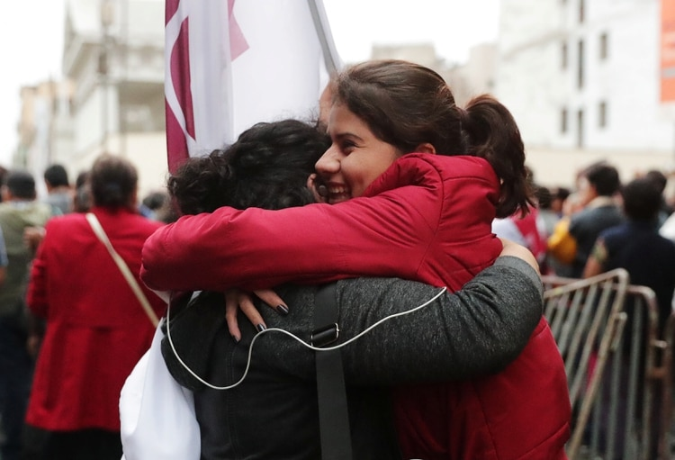 La población recibió como una buena noticia la disolución del parlamento (Reuters)