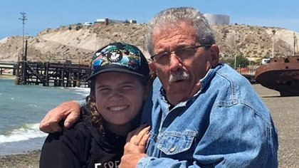 Abril junto a Edgar, su abuelo materno, que tiene 76 años