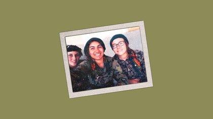 Kimberley (derecha) y su comandante Sorxwîn (centro) junto a otra combatiente. Foto cortesía de Kimberley Taylor