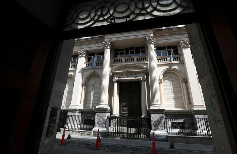 Forzado por la corrida contra el peso, el Banco Central subió la tasa a un día 12 puntos porcentuales en octubre hasta llevarla al 33% anual. Eso mejoró el rendimiento de los fondos de corto plazo que invierten en ella (Reuters)