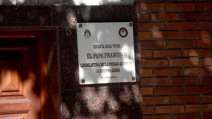 La placa enla casa de Membrillar 531, Flores, recuerda que allí Bergogliocreció y vivió con su familia.