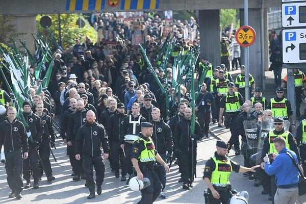 Marcha del Movimiento de Resistencia Nórdico en el centro de Gotemburgo, en Suecia, el 30 de septiembre de 2017 (Fredrik Sandberg/TT News Agency vía Reuters)