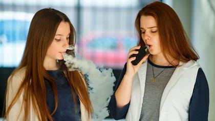 Los cigarrillos electrónicos también representan un riesgo de adicción a la nicotina en los jóvenes y los adultos que no fuman cigarrillos tradicionales (Shutterstock)
